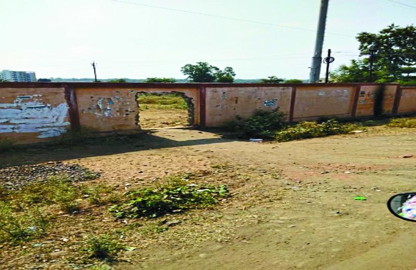 भेल की 30 करोड़ की सुरक्षा दीवार को तोडकऱ बनाया रास्ता