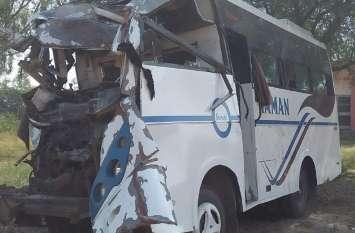 डम्पर व मिनी बस में भिडंत, दुर्घटना में कितनों की गई जान, जानने के लिए पढि़ए खबर