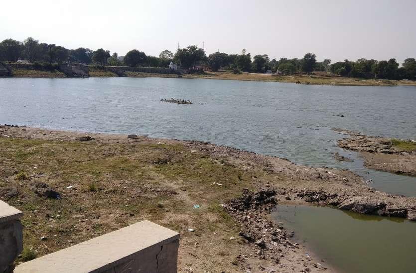 तालाब खाली, सूखे कुएं और मजबूर हुआ किसान, आखिर क्यों है ऐसे हाल ...