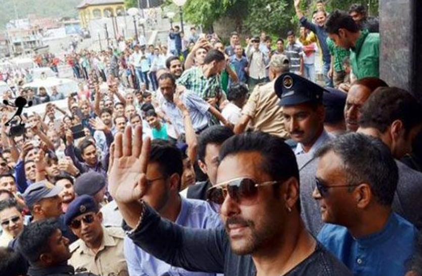 लुधियाना के बाजार में शॉपिंग करने निकले सलमान खान तो घेर लिया भीड़ ने, देखें वीडियो में