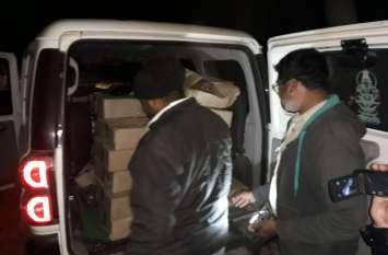 मतदाताओं को लुभाने शराब की पेटी ले जाते पार्टी कार्यकर्ता, इससे पहले ही पहुंच गई पुलिस की टीम, किया जब्त
