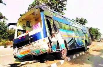 अंबिकापुर से रायपुर जा रही बस डिवाइडर से टकराई, 22 यात्री घायल