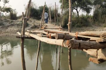 विकास के मखमल पर टाट का पैबंद, ग्रामीणों की मजबूरी बना लकड़ी का पुल, जान जोखिम में डालकर निकलते हैं स्कूली बच्चे