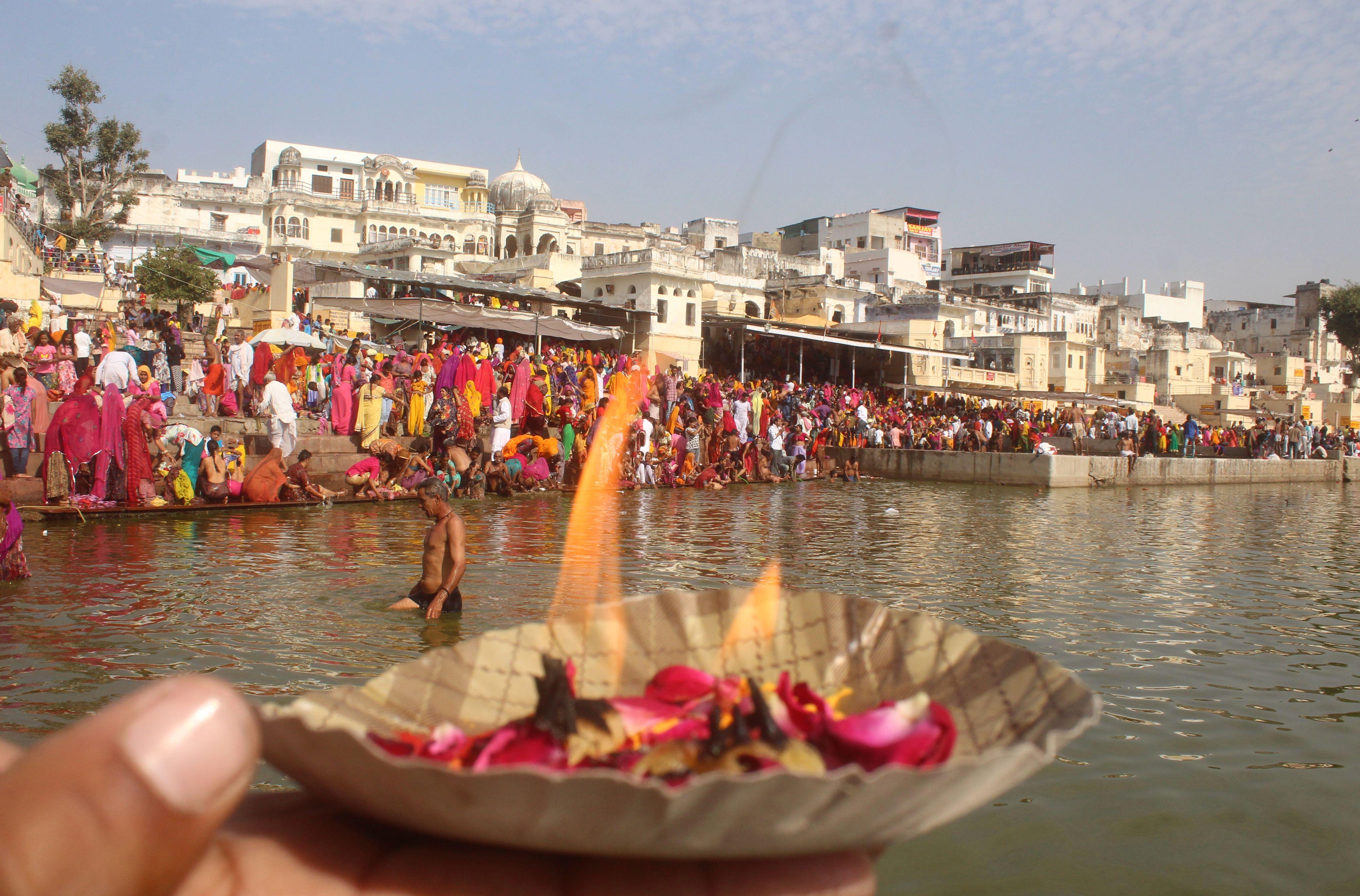 हजारों श्रद्धालुओं ने किया कार्तिक प्रबोधिनी एकादशी पर किया पुष्कर सरोवर में स्नान कर कमाया धर्म लाभ