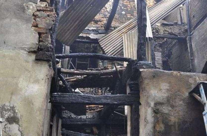 मकान में आग तीन लोगो की मोत