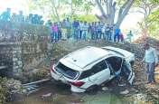 पुलिया से गिरी कार, एेसे बची जान, जानिए कैसे हुआ हादसा