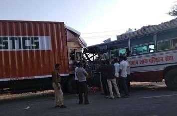 video - बस और ट्रक भिड़े, 16 जने घायल
