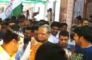 नामांकन दाखिल करने से पहले पूर्व मुख्यमंत्री गहलोत ने की पिता को पुष्पांजलि अर्पित, रोड शो में किया शक्ति प्रदर्शन