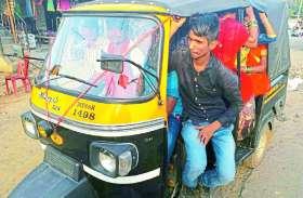 यातायात पुलिस खुद नियमों की उड़ा रही धज्जियां, बीच शहर में फार्राटा भर रहे ओवरलोड वाहन