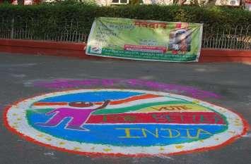 PICS : विधानसभा चुनाव के लिए रंगोली बनाकर दिए संदेश