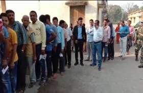 कलेक्टर, SP आम वोटरों के साथ कतार में खड़े होकर की वोटिंग, मतदाताओं में उत्साह, देखें Video