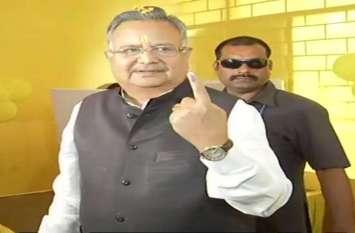 Breaking: मिसेज CM के साथ वोट डालने पहुंचे डॉ. रमन सिंह, कहा चौथी बार बनाएंगे सरकार, देखिए तस्वीरों में