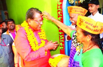 MP ELECTION 2018: हाथ जोड़ कर मांगा समर्थन