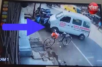 VIDEO: एम्बुलेंस ने कई बाइक में मारी टक्कर, लोगों ने की ड्राइवर की जमकर धुनाई