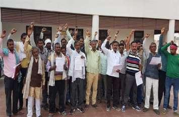 बीएसएनएल के ठेका मजदूरों ने डीएम कार्यालय पर किया प्रदर्शन