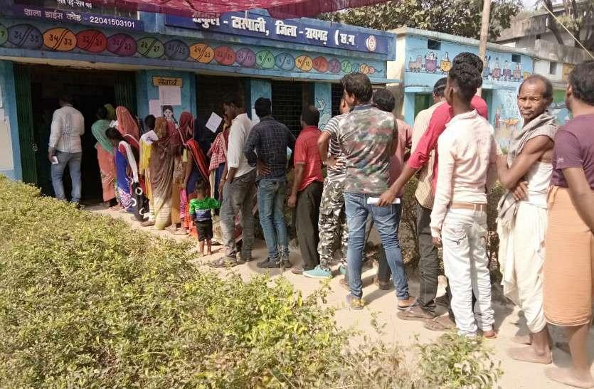 Photo Gallery : मतदान को लेकर मतदाताओं में दिखा खासा उत्साह