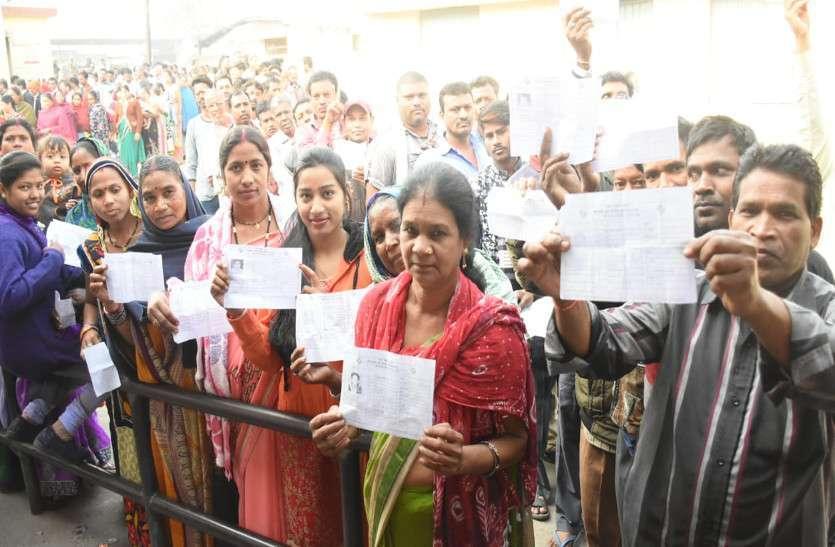 Photo Gallery : सुबह होते ही मतदाता पहुंचे मतदान केंद्र, वोट डालने लगी लंबी कतार