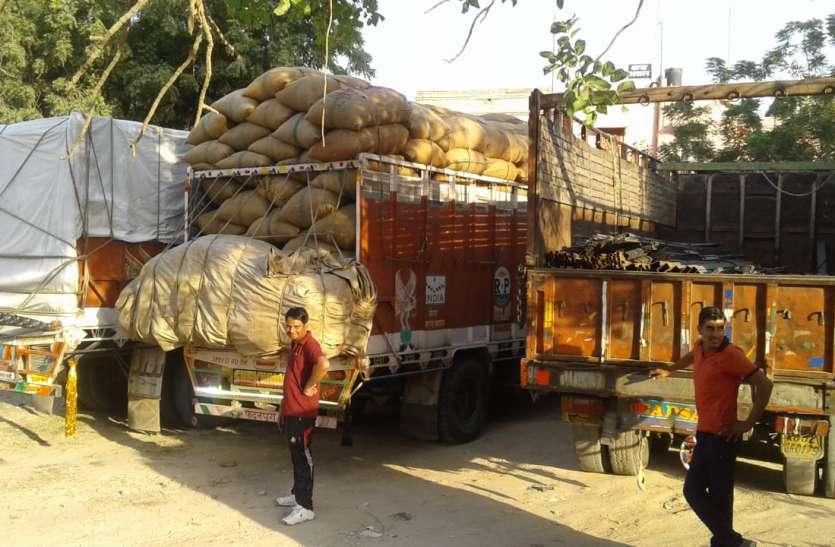 दो ट्रकों में बिना बिल व एक में नकली बिल से ले जा रहे थे 20 लाख रुपए का माल
