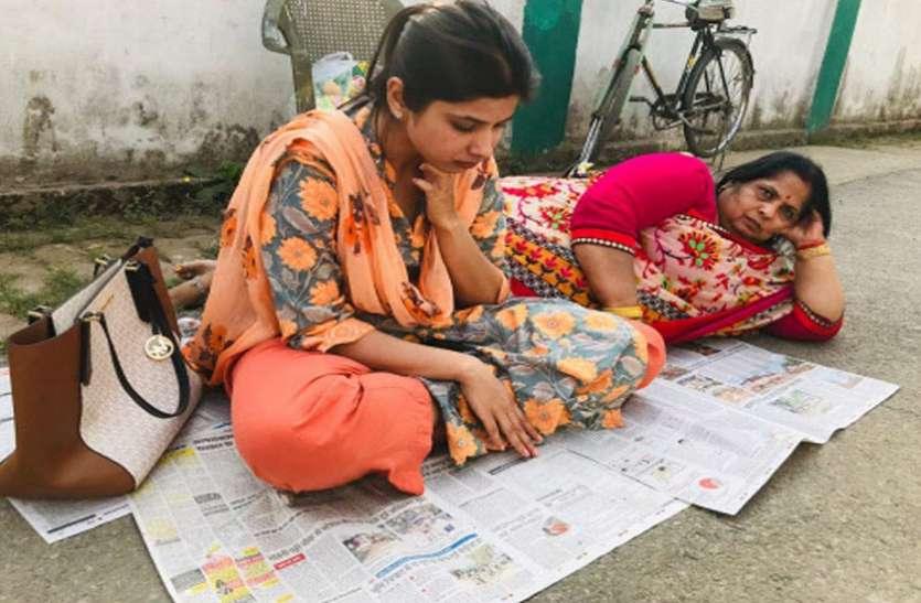 पत्नी के छोटे कपड़ों से परेशान डीएम पति, मां के साथ धरने पर बैठी महिला