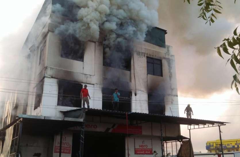VIDEO : शोरूम और सर्विस सेंटर पर भीषण आग से मची अफरा-तफरी, देखें वीडियो...
