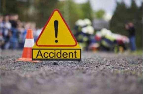 ट्रक ने खड़ी वैन को मारी टक्कर,महिला की मौत,15 घायल