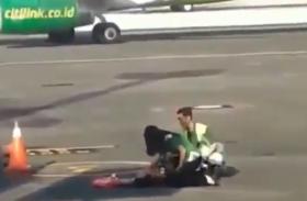 वीडियोः विमान में सवार नहीं हो पायी तो प्लेन के पीछे भागने लगी महिला