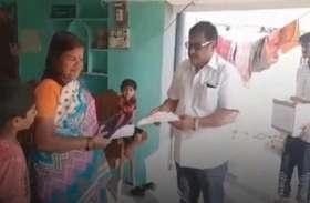 तेलंगाना चुनाव: प्रत्याशी ने घर जाकर लोगों को दिए चप्पल, कहा- वादे पूरा न करूं तो इसी से पीटना