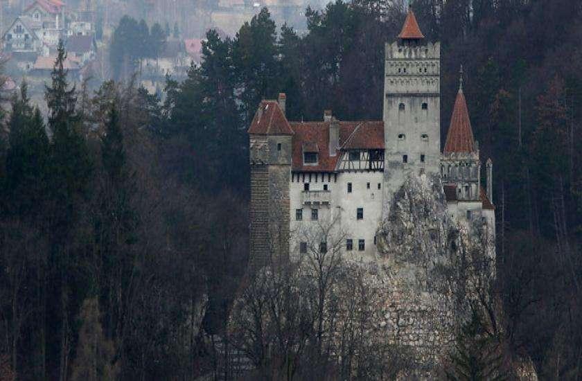 Dracula Castle In Romania Is A Beautiful Tourist Destination - कभी सच में  इस महल में था ड्राकूलाओं का डेरा, आज भी जब पर्यटक यहां कदम रखते हैं तो... |  Patrika News