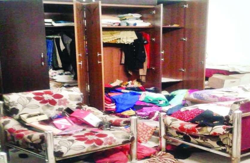 अमरीका से लौटे पति-पत्नी तो घर के ताले टूटे मिले, बेशकीमती सामानों की चोरी