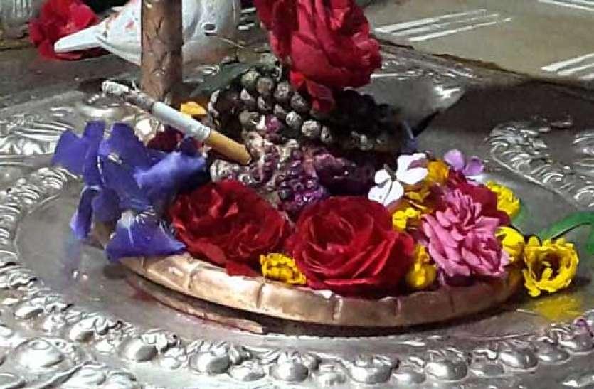 इस मंदिर में भोलेनाथ पीते हैं सिगरेट, अर्पित करते ही अपने आप सुलगने लगती है