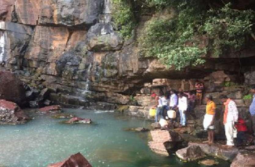 300 फीट उतरकर बुझाते हैं प्यास, न सड़क न मतदान केन्द्र, वोटिंग से हैं अंजान ग्रामीण