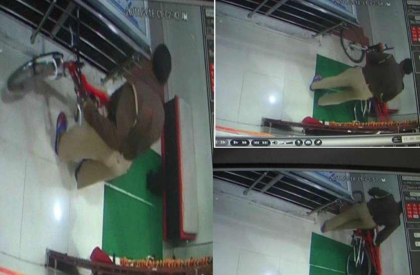 LIVE VIDEO: अस्पताल से साइकिल चुराते सीसीटीवी में कैद हुआ यूपी पुलिस का सिपाही