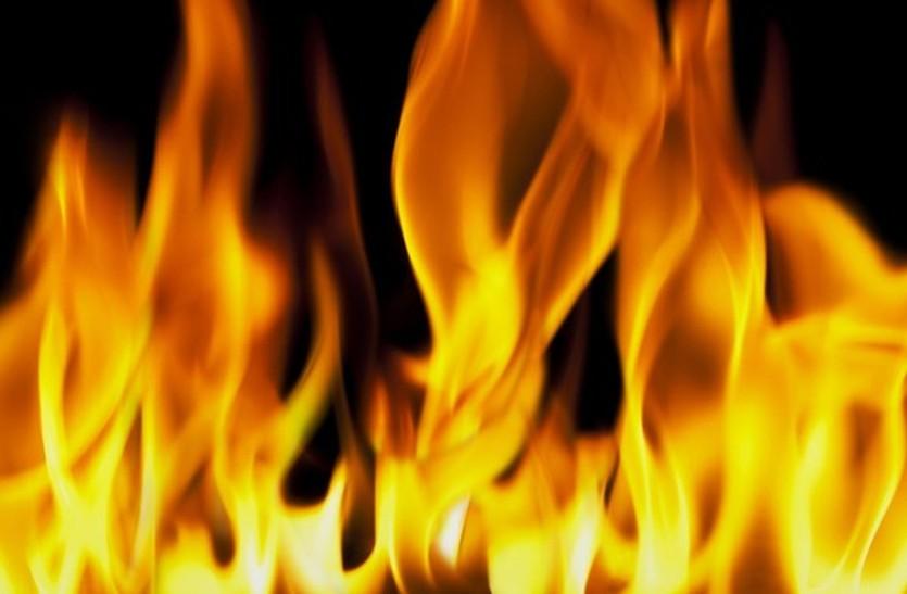खेल खेल में बड़े भाई ने मरोड़ा हाथ, तो पांचवी के छात्र ने मिट्टी का तेल छिड़क लगा ली आग