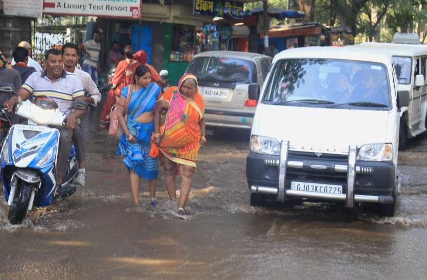 VIDEO : ... जब दूधतलाई मार्ग की सड़कें जलमग्न हो गई, लेकिन बारिश तो हुई नहीं थी