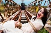 ट्रैक पर बंधी थी लाचार लड़की और सामने से आ रही थी ट्रेन, नजारा देखकर चौंके लोग