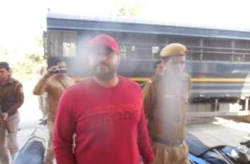 पुलिस के घेरे में लाल टी-शर्ट पहने यह शख्स पहुंचा कोर्ट तो लग गई भीड़- देखें वीडियो