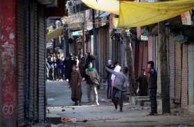 जम्मू-कश्मीर:आतंकवादियों को भगाने के लिए युवाओं ने सुरक्षाबलों पर बरसाए पत्थर