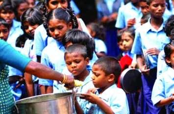 मध्याह्न भोजन फंड के 1 करोड़ गायब, खाना खाने बच्चे घर से लाते हैं थाली