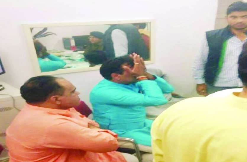 पुलिस के सामने फूट-फूटकर रो पड़े भाजपा के ये नेता