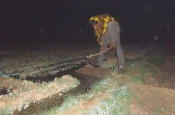 OMG :  रात की बिजली का अहसान, जिदंगी दावं पर लगा चुका रहा किसान, कड़ाके की ठंड में सिंचाई करने को मजबूर अन्नदाता