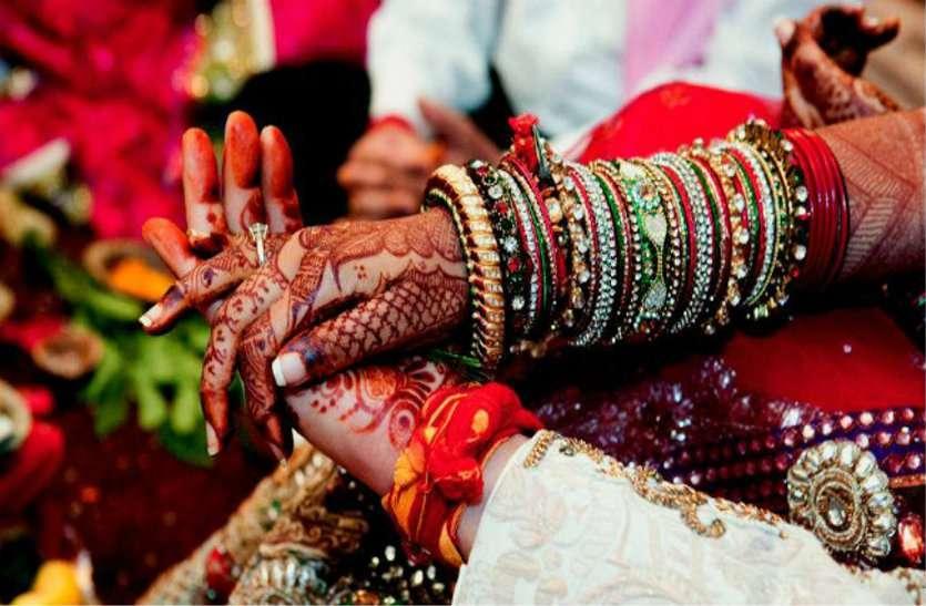 अनूठी शादी: रिसेप्शन के बाद दूल्हा-दुल्हन के साथ मेहमानों ने किया वो काम, आप भी बोलेंगे बाराती हो तो ये