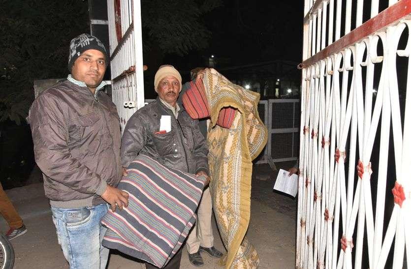 कांग्रेस के शहर व ग्रामीण प्रत्याशी समर्थकों ने भी स्ट्रांग रूम के बाहर डाला डेरा