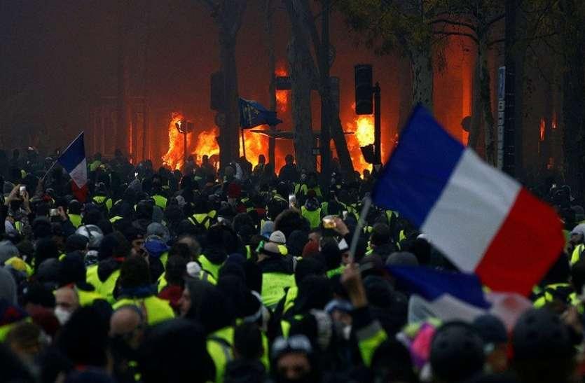 प्रदर्शनकारियों के आगे झुकी फ्रांस की सरकार, तेल पर लगे टैक्स को हटाने का किया ऐलान