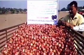 VIDEO: महाराष्ट्र के नाराज किसानों ने पीएम मोदी के विरोध का अपनाया ये तरीका