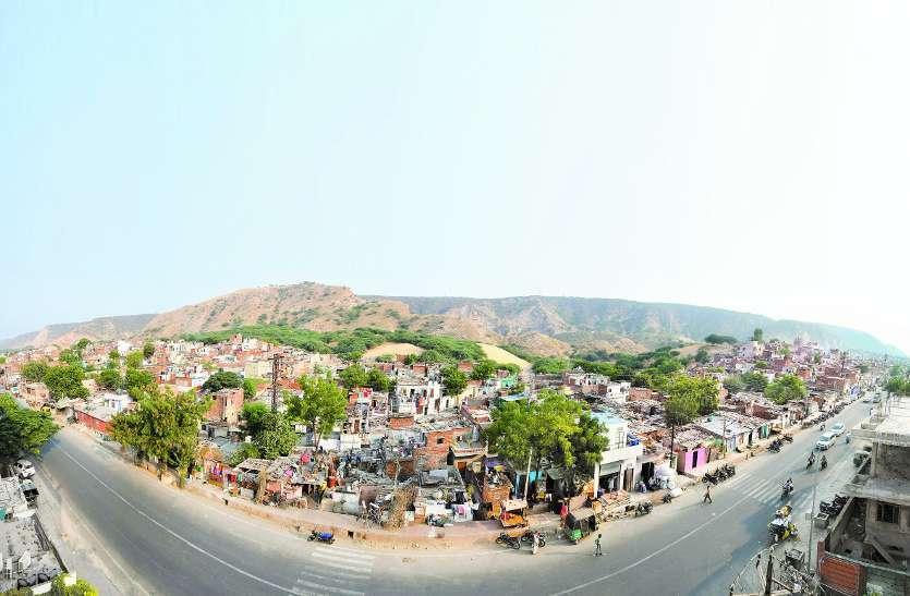 उदयपुर की कई बस्तियों में खाना पहुंचा, लोगों ने स्वीकारा, शराब बांटने पर कोई हंसा, कोई भाग निकला...
