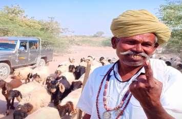 भेड़-बकरी चराने जाने से पहले पशुपालक ने पूरी की जिम्मेदारी, मतदान को बताया प्राथमिकता