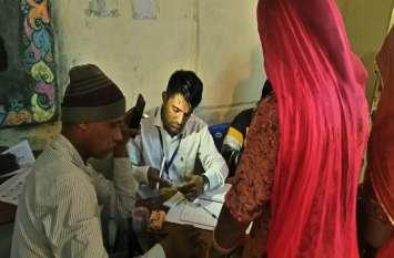 जोधपुर के इस गांव में मोबाइल की रोशनी में चुननी पड़ रही है सरकार, महिलाओं की भारी भीड़ से पुलिस परेशान