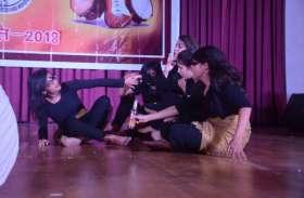मेडिकल कॉलेज के स्टूडेंट्स ने नाटक से दिखाई समाज की निचली मानसिकता