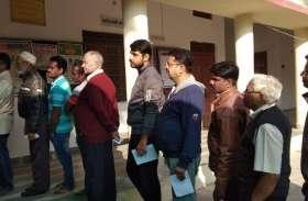Udaipur Live Updates : Video :  ग्रामीण क्षेत्रों में समय पर नहीं शुरू हुई ईवीएम, मतदाताओं को करना पड़ा इंतजार..