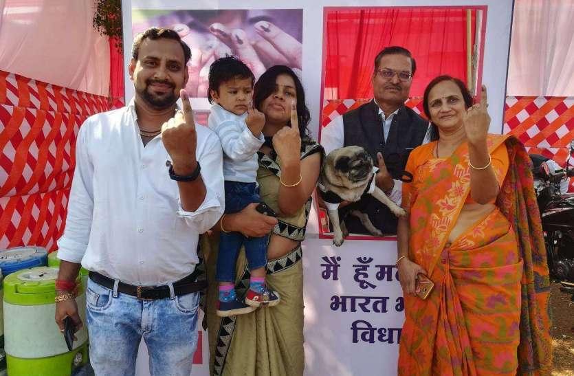 मतदान के लिए जोश: प्रतापगढ़ में मतदाताओं ने दिखाया खासा उत्साह देखे फोटो...